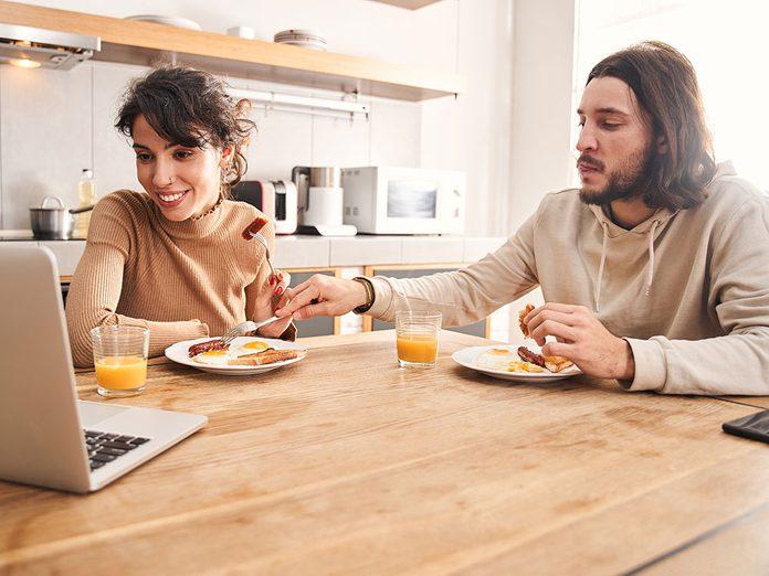 Une personne qui se sert dans votre assiette est une alerte aux problèmes de couple.