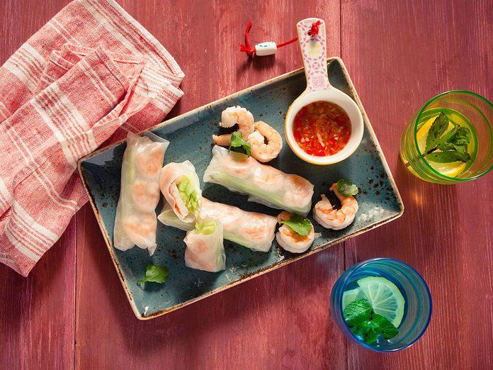 Venez essayer l'une de ces recettes du monde telles que les rouleaux de printemps de Thaïlande.