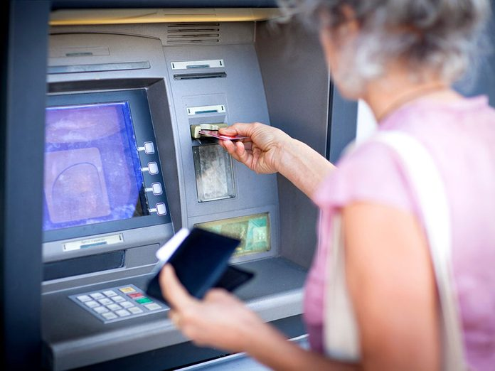 Éviter les frais de guichet automatique pour pouvoir réduire ses dépenses.