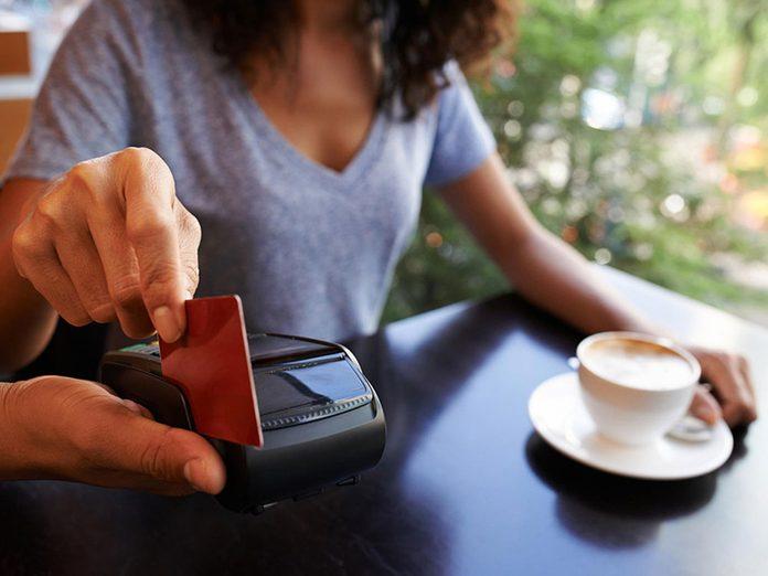 Mieux vaut éviter l'utilisation seule de cartes de débit et de crédit pour pouvoir réduire ses dépenses.