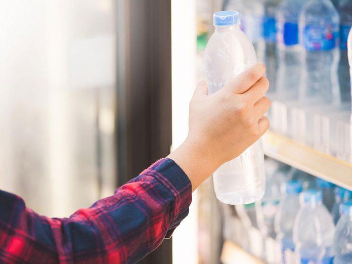 Mieux vaut éviter d'acheter de l'eau en bouteille pour pouvoir réduire ses dépenses.