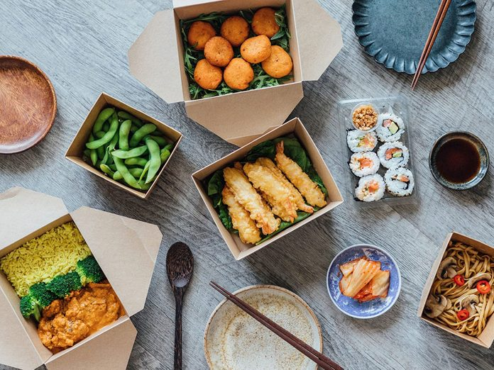 Mieux vaut éviter de commander des plats à emporter pour pouvoir réduire ses dépenses.