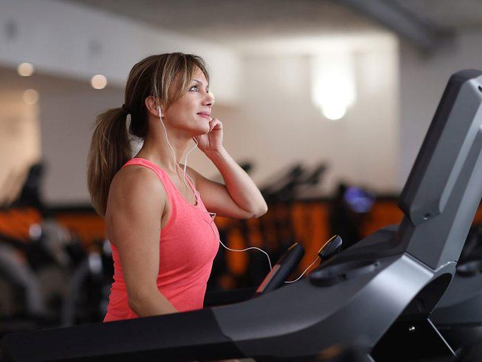Ne pas investir dans des abonnements au gym pour pouvoir réduire ses dépenses.