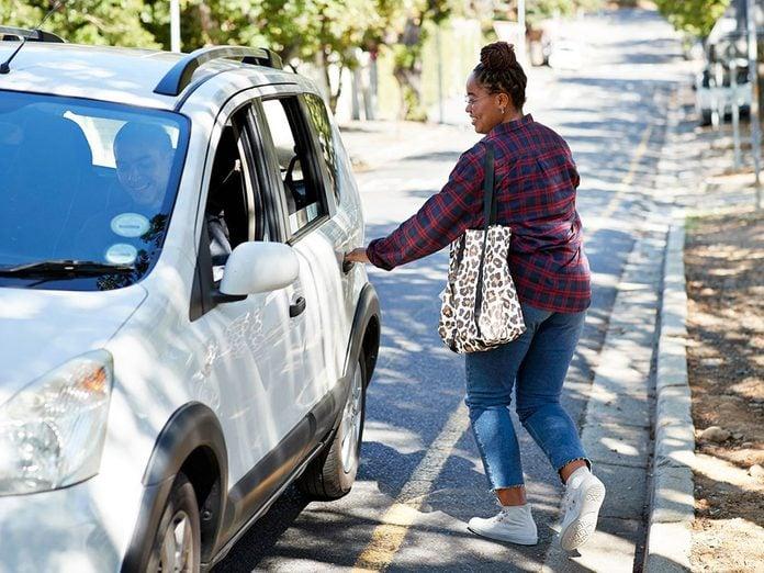 Mieux vaut éviter de prendre Uber ou Lyft pour pouvoir réduire ses dépenses.