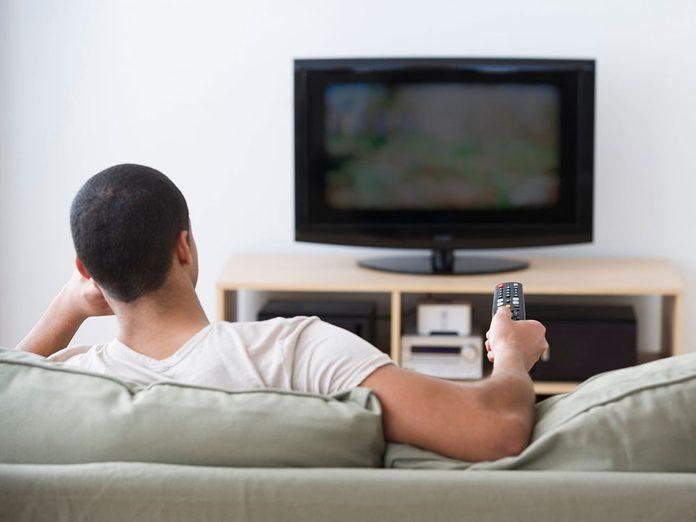 Couper quelques services de télévision pour pouvoir réduire ses dépenses.