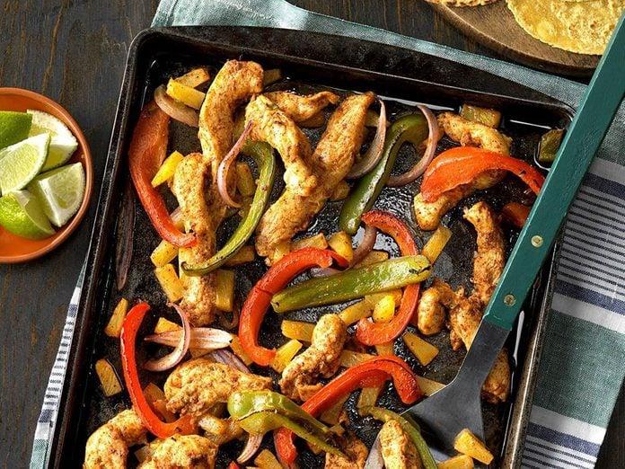 Les fajitas au poulet et à l'ananas constituent un excellent repas sur une plaque.