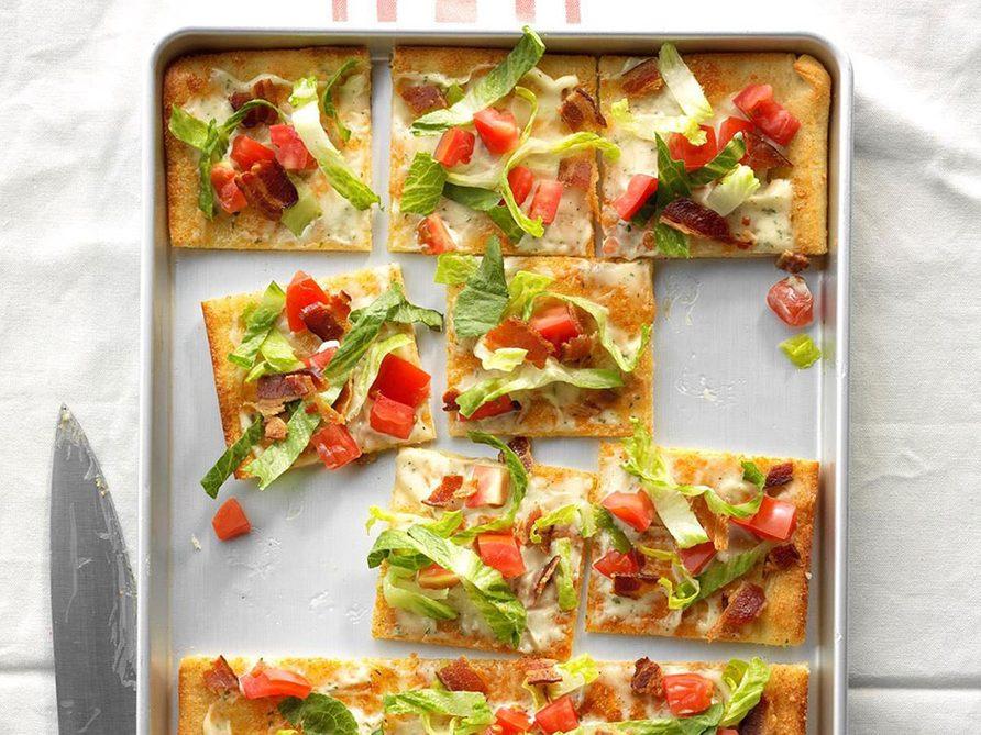 La pizza au bacon, laitue et tomates constitue un excellent repas sur une plaque.