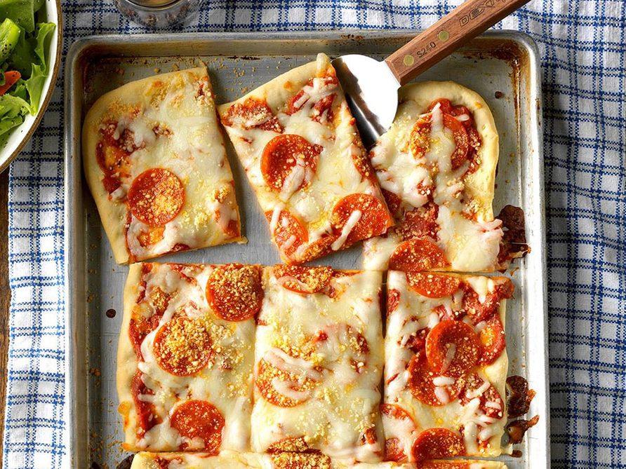 La pizza au pepperoni constitue un excellent repas sur une plaque.