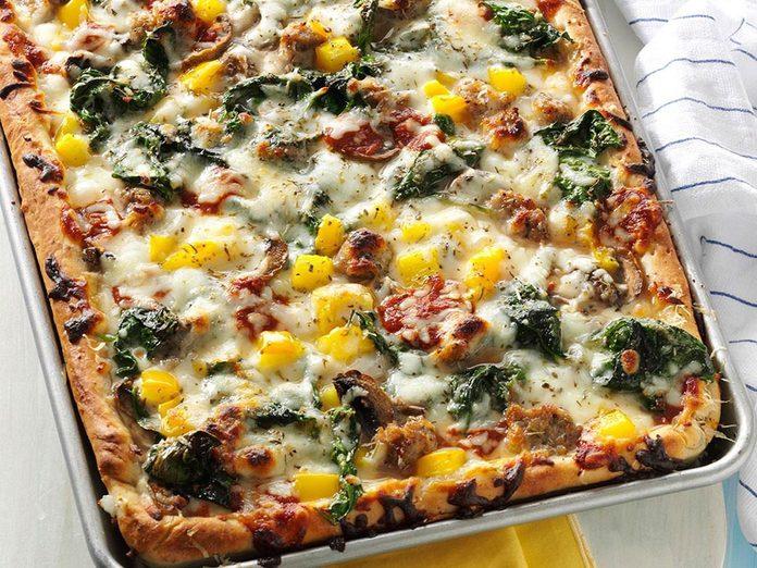 La pizza aux saucisses constitue un excellent repas sur une plaque.