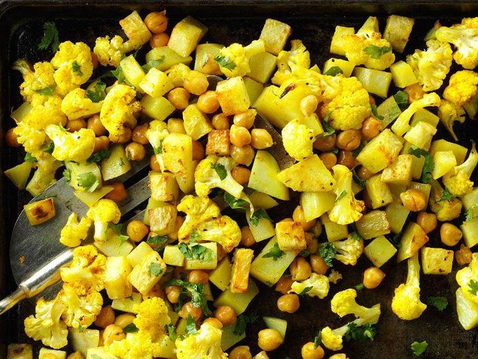 Les pois chiches et le chou-fleur rôtis au cari constituent un excellent repas sur une plaque.