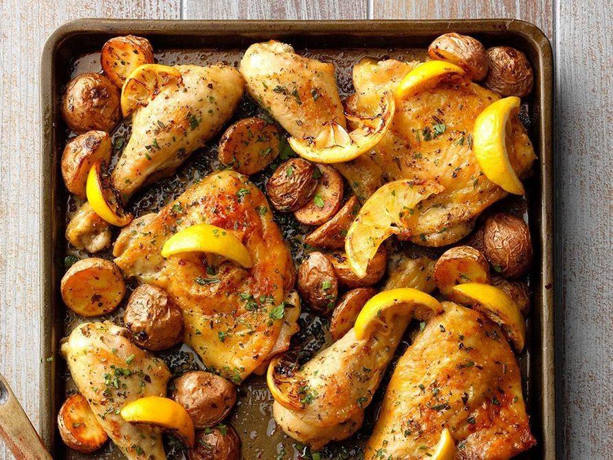 Le poulet au citron et à l'ail constitue un excellent repas sur une plaque.