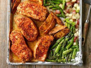 Repas de porc et d'asperges sur une plaque