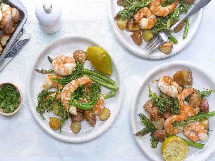 Les crevettes à la lime et au chipotle constituent un excellent repas sur une plaque.