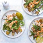 Repas de crevettes à la lime et au chipotle sur une plaque
