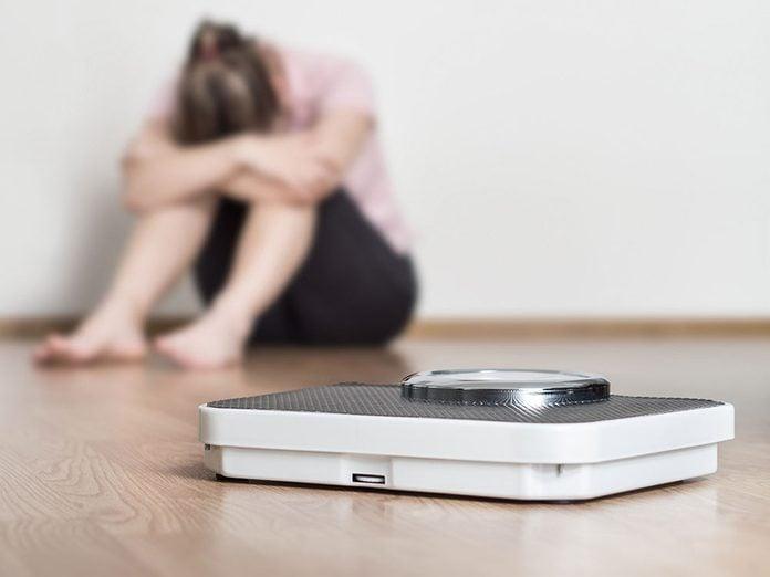 La fatigue inexpliquée ou une perte de poids font partie des symptômes du cancer du côlon chez la femme.