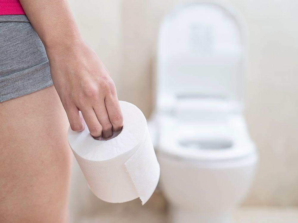 Des changements dans le transit intestinal font partie des symptômes du cancer du côlon chez la femme.