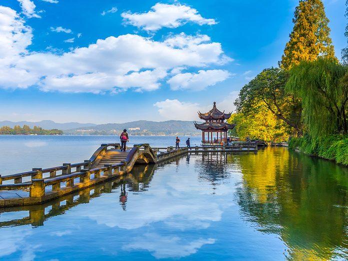 Sur le pont de Hangzhou en Chine.