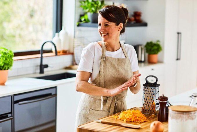 Photo de Geneviève O'Gleman dans sa cuisine