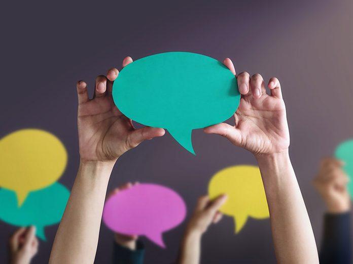 Signes que vous êtes ambiverti: vous savez quand parler.