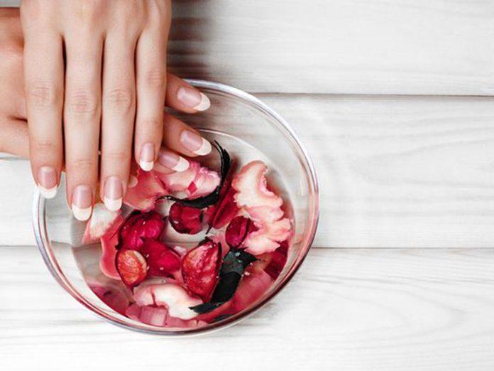 L'huile de bain permet d'avoir de beaux ongles.