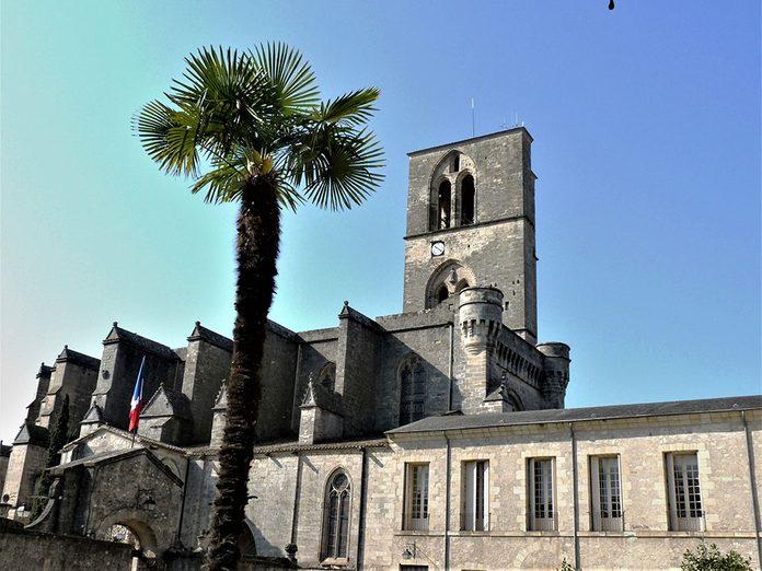 Bonnes nouvelles: des musulmans à la défense d'une cathédrale en France.