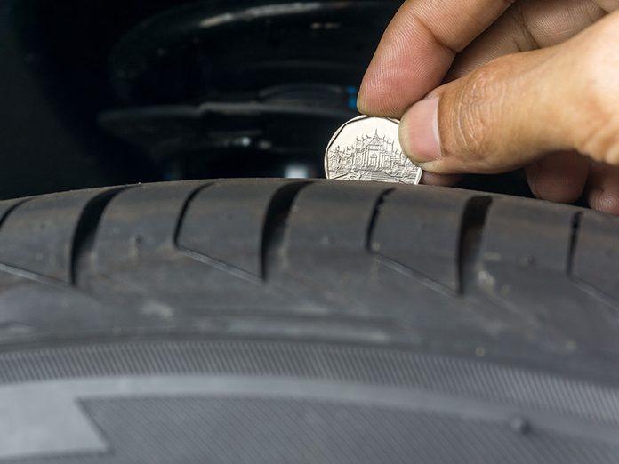 Vérifier un changement de pneus est nécessaire avec un 25 cents.