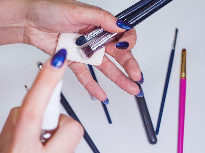 À quelle fréquence devez-vous nettoyer vos pinceaux?