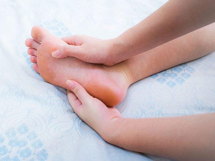 Douleurs: des pieds engourdis peuvent être un symptôme de sclérose en plaques.