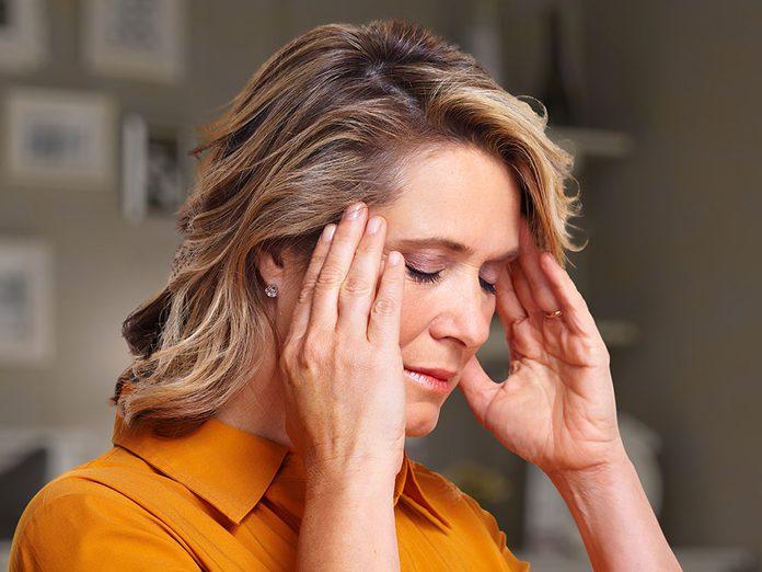 Douleurs: un mal de tête tenace peut être un symptôme d'AVC.