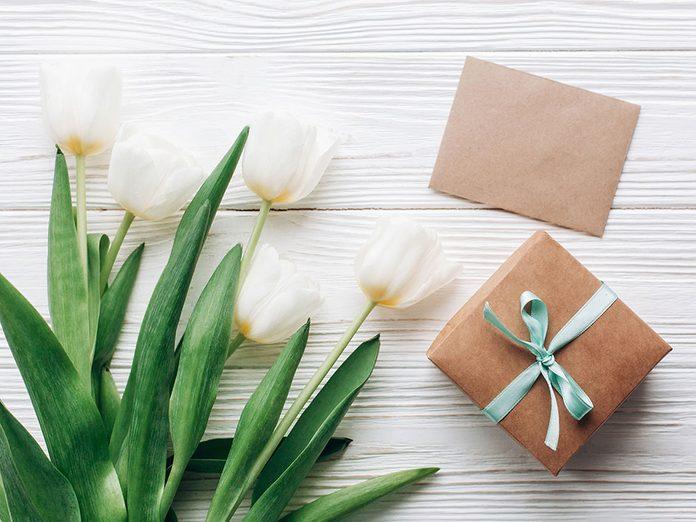 Célébrez la fête des Mères en lui postant un cadeau spécial.