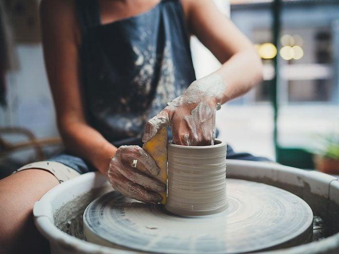 Idées cadeaux: offrez une initiation à la poterie pour la fête des mères.