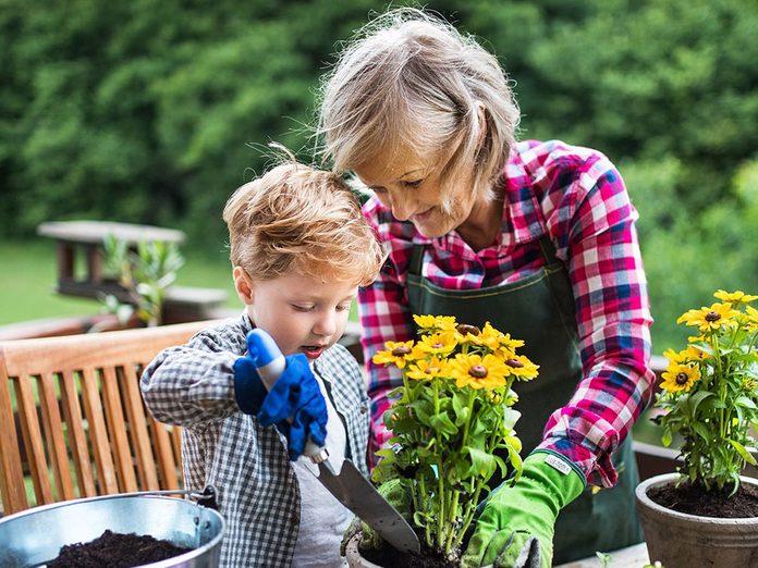Célébrez la fête des Mères en prenant soin du jardin.
