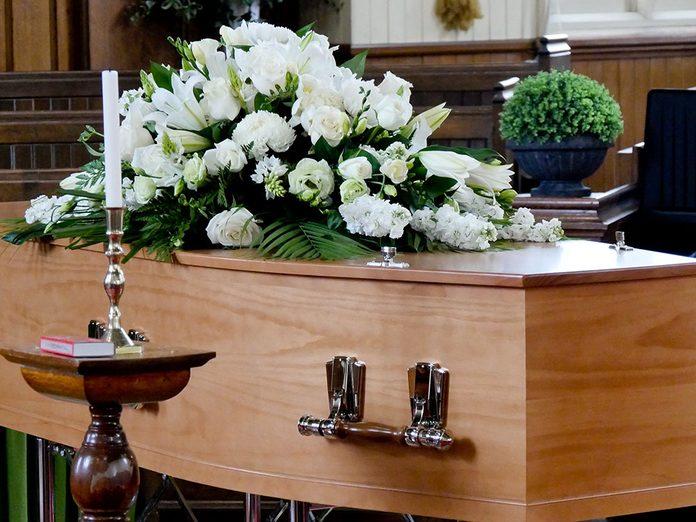 Funérailles: un contenant extérieur pour le cercueil.