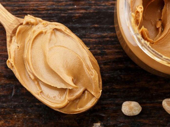 Le beurre d'arachide biologique fait partie des aliments qu'il vaut mieux ne jamais laisser dans son garde-manger.