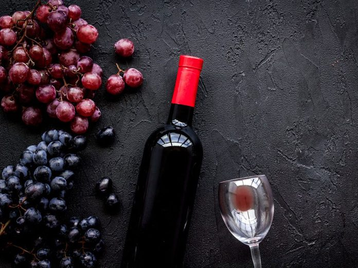 Une bouteille de vin rouge ouverte fait partie des aliments qu'il vaut mieux ne jamais laisser dans son garde-manger.