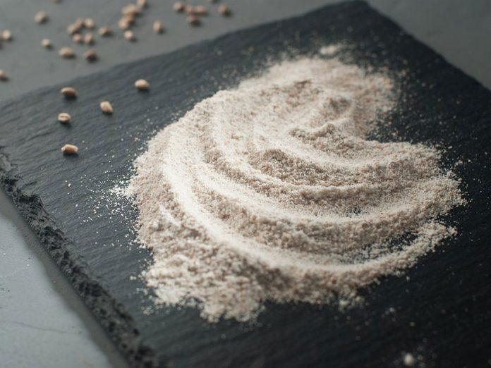 La farine de blé entier fait partie des aliments qu'il vaut mieux ne jamais laisser dans son garde-manger.