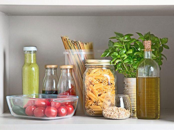 Voici 15 aliments qu'il vaut mieux ne jamais laisser dans son garde-manger.