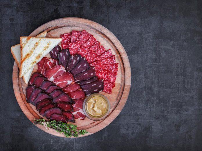 Le salami fait partie des aliments qu'il vaut mieux ne jamais laisser dans son garde-manger.