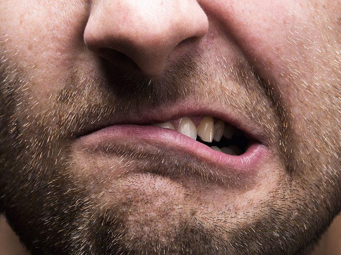 Arrêter de grincer des dents pour une meilleure gestion du stress.