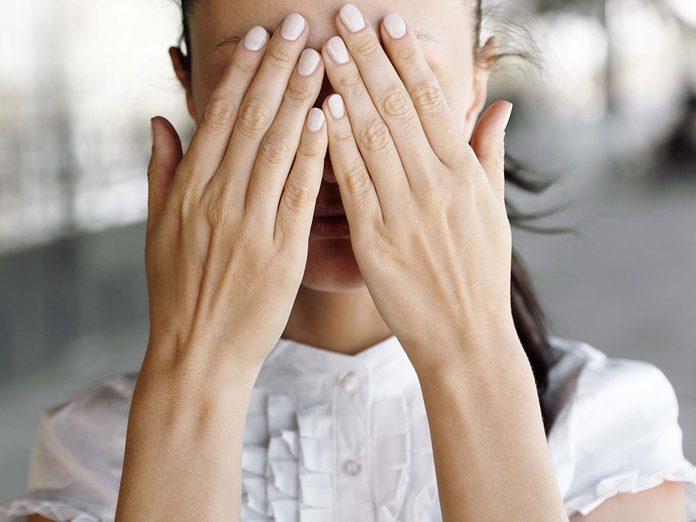 Placez vos mains chaudes sur vos yeux fermés pendant cinq secondes pour une meilleure gestion du stress.