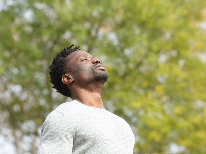 Respirer profondément pour une meilleure gestion du stress.