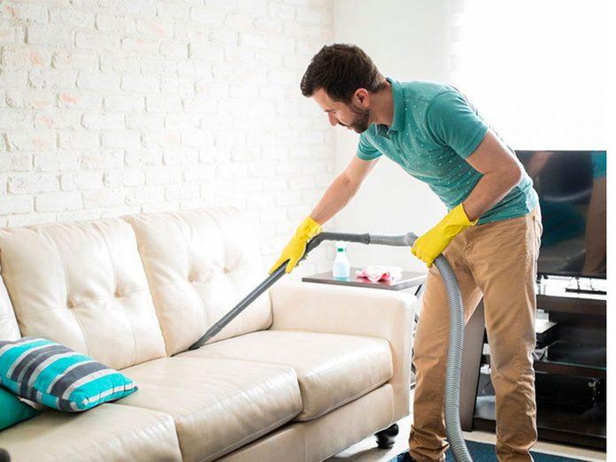 Nettoyer la maison passe aussi par le nettoyage des meubles rembourrés.