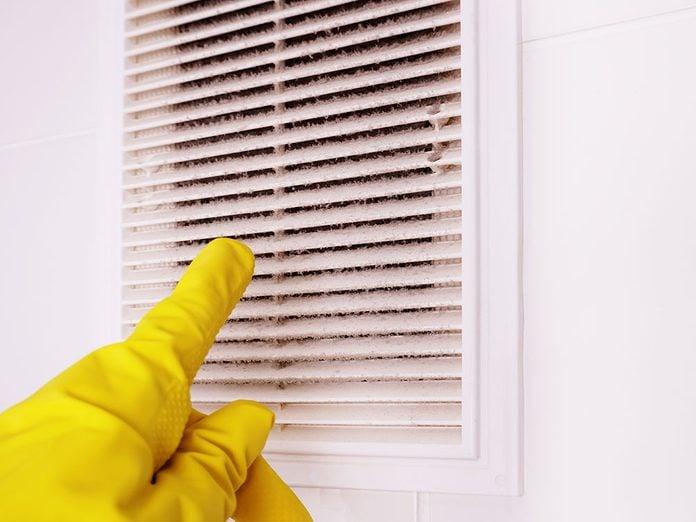 Nettoyer la maison passe aussi par le nettoyage des grilles de sorties d'air.