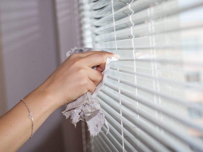 Nettoyer la maison passe aussi par le nettoyage des plinthes et les stores.
