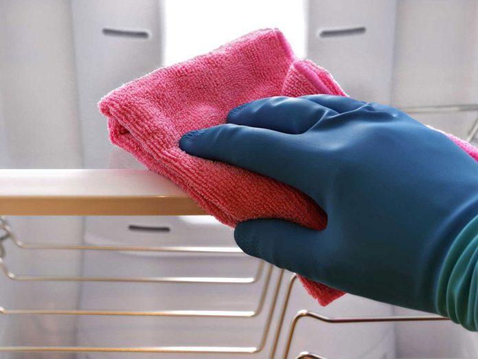 Nettoyer la maison passe aussi par le nettoyage de la grille du réfrigérateur.