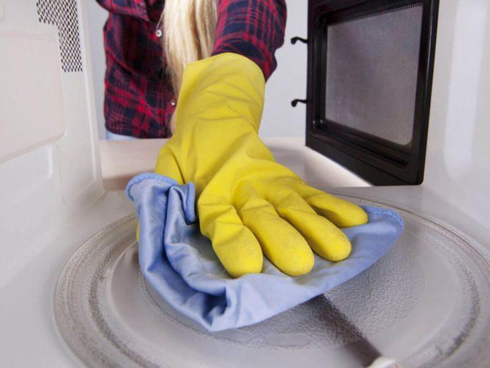 Nettoyer la maison passe aussi par le nettoyage du micro-ondes.