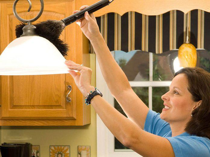 Nettoyer la maison passe aussi par le nettoyage des appareils d'éclairage.