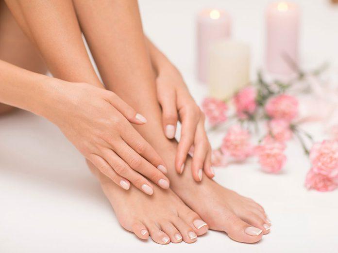 Le vieillissement peut causer des ongles d'orteils très épais.