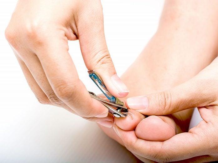 Utiliser les instruments appropriés pour traiter les ongles d'orteils très épais.