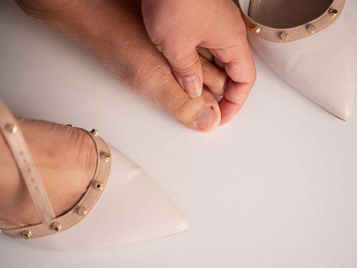 Qu'arrive-t-il aux ongles d'orteils très épais dus à la paronychie?